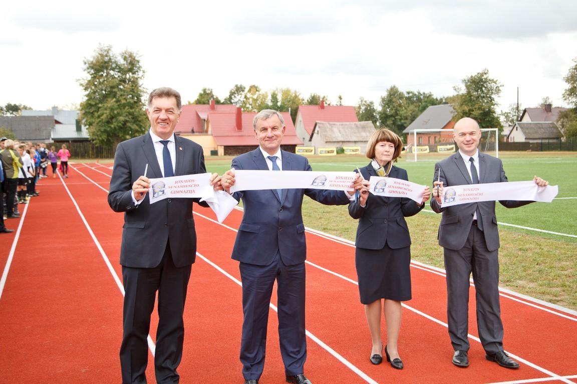 Iškilmingai atidarytas atnaujintas Senamiesčio gimnazijos stadionas